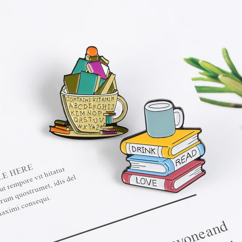 Colorida pila de libros alfileres Taza de cerámica contiene vitamina a-z bolsa insignia mochila para los entusiastas de la lectura vestidos broches