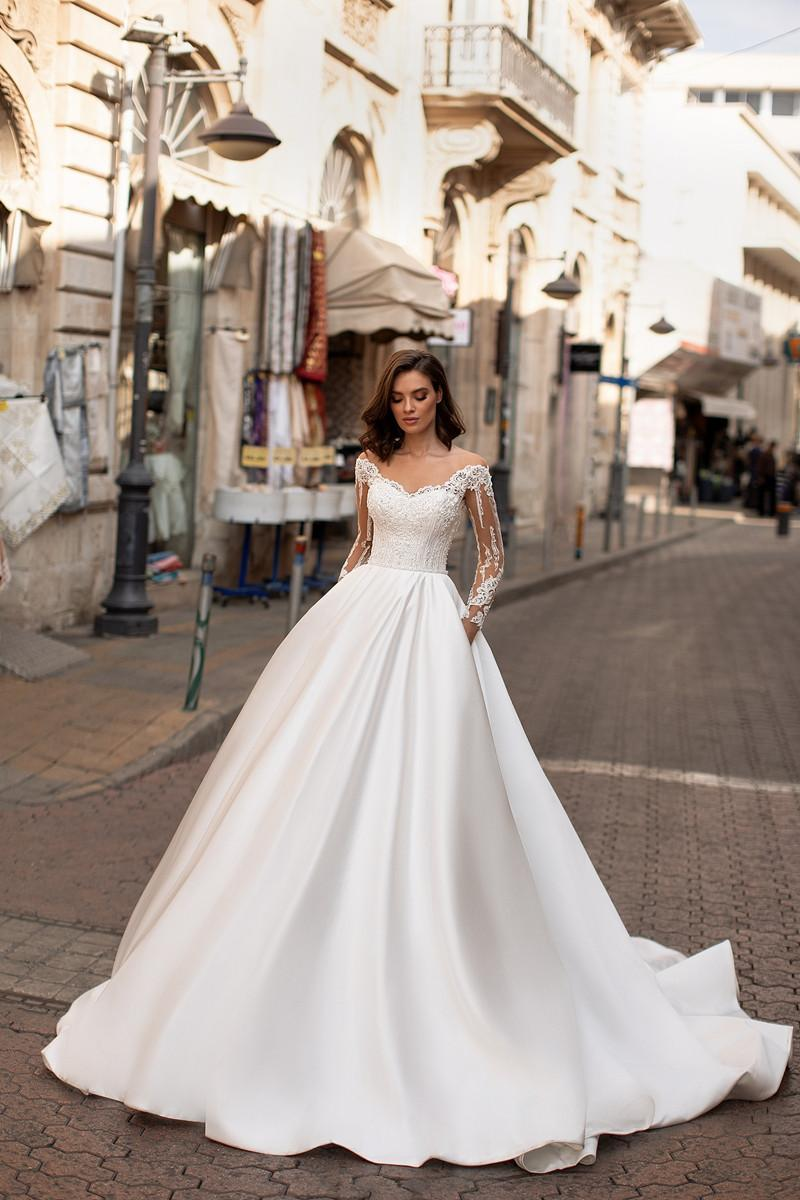 2020 elegant a line wedding dresses illusion v neck appliques sweep train bridal gowns with beaded sash custom made New Fashion A-Line Wedding Dresses V Neck Long Sleeve Boat Neck Lace Appliques Beach Bridal Gowns Sweep Train Wedding Dress