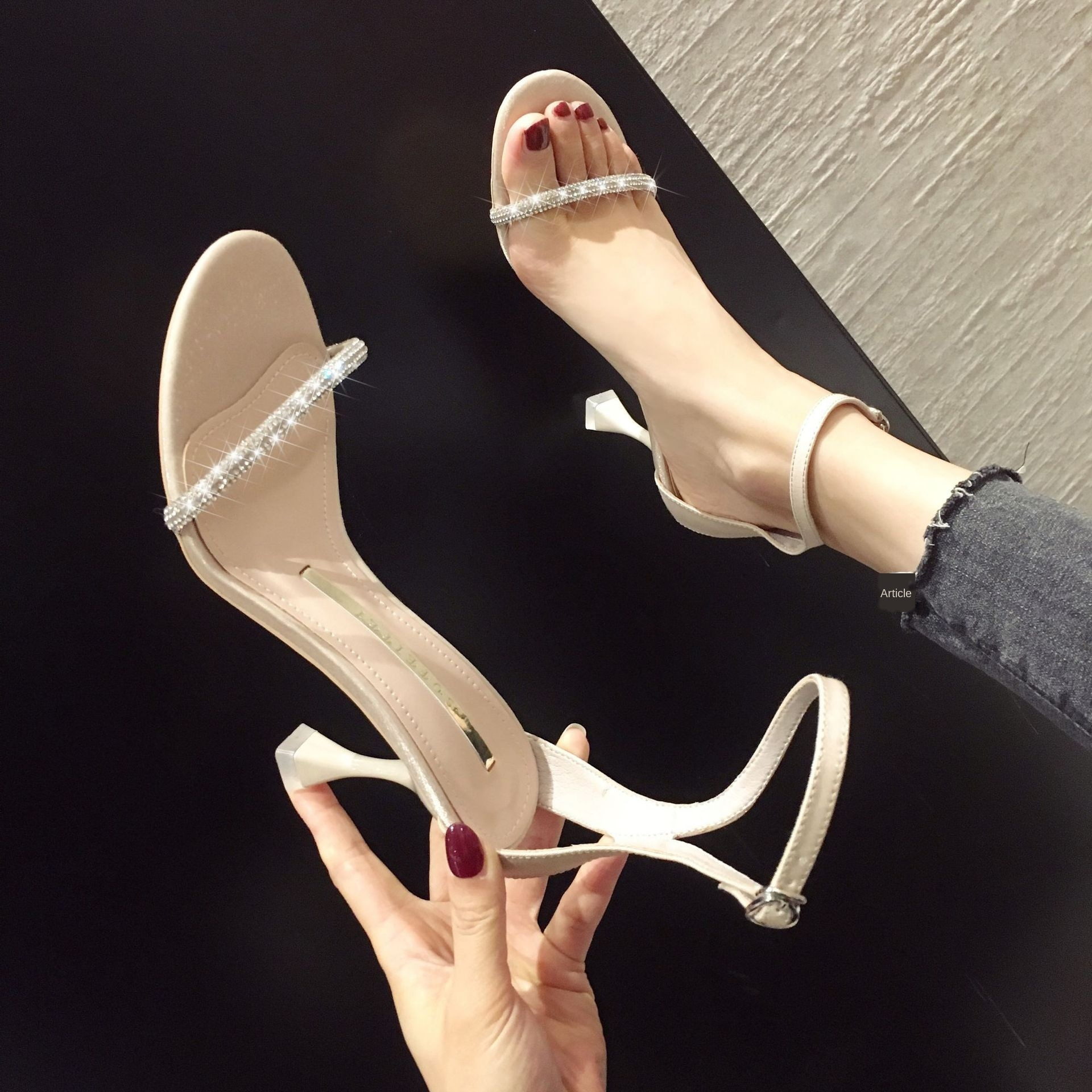 Zapatos de tacón alto de cabeza redonda de verano 2020 con diamantes de imitación venta directa de fabricante sandalias de una sola Correa antideslizantes de talón Delgado lista