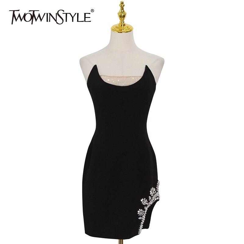 TWOTWINSTYLE فستان مثير من الألماس الأسود للنساء مائل الرقبة بلا أكمام عالية الخصر غير النظامية فساتين صغيرة الإناث 2021 موضة جديدة