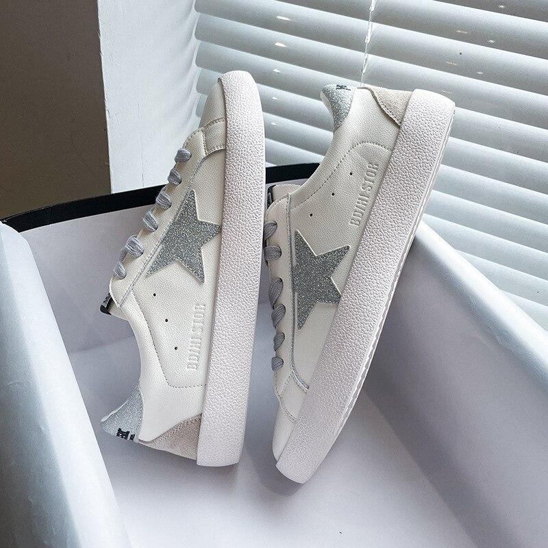 جلد النساء أحذية رياضية بيضاء صغيرة البساطة الموضة كل مباراة الدانتيل متابعة حذاء مسطح امرأة القذرة ستار أحذية Chaussure فام