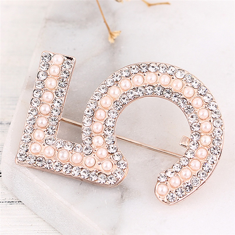 Novo número broches jóias carta 5 cheio de cristal strass cc broche pinos para o presente festa feminino
