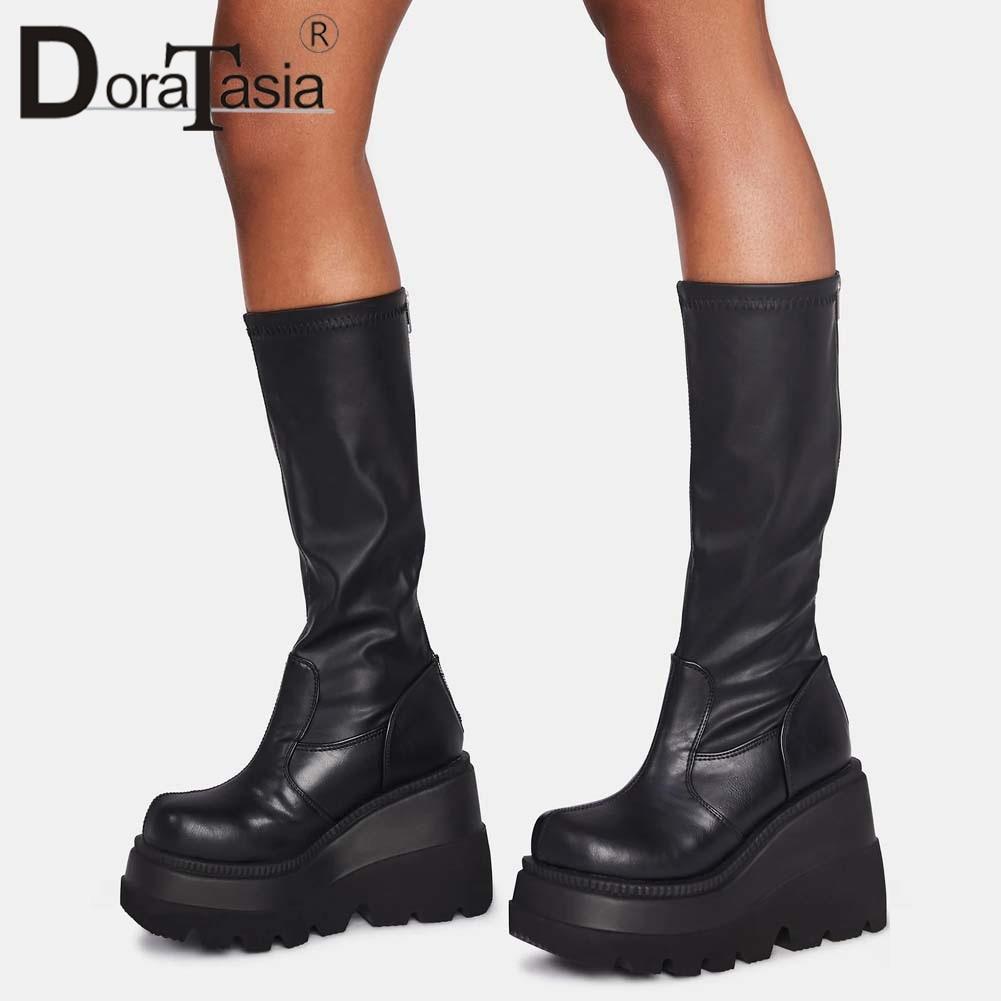حذاء بوت كبير مقاس 35-43 من DORATASIA بتصميم علامة تجارية للسيدات ذو نعل مرتفع حذاء ذو كعب عالٍ بسحاب على الموضة حذاء نسائي ذو كعب عريض 2020