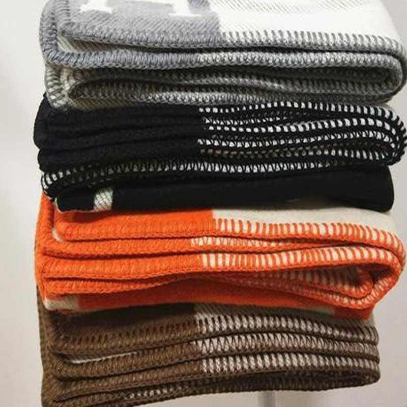 Cobertor de lã cinza luxuoso de malha macio sofá cama portátil wearable lance cobertor para adultos fio de linha tingido manta