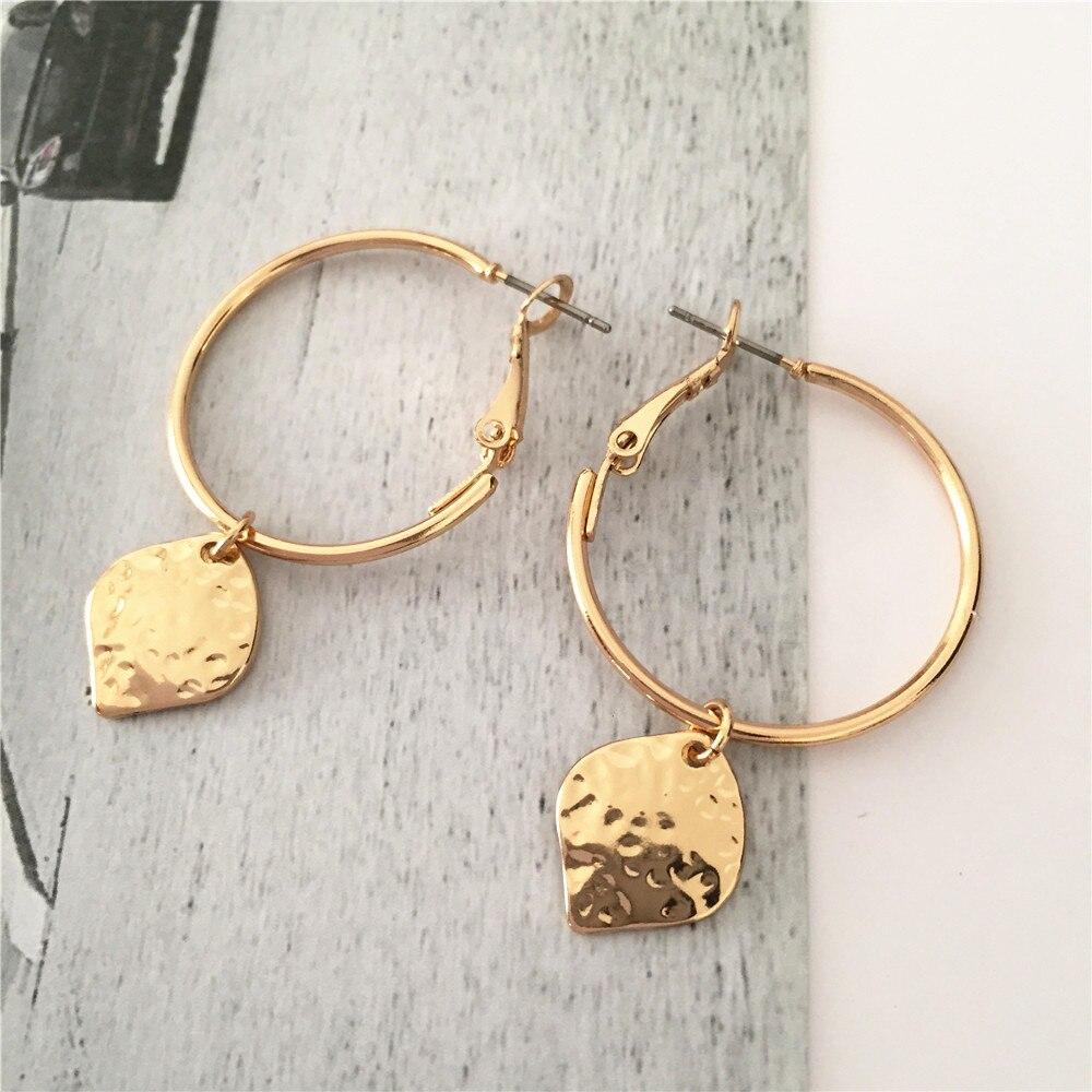 Brincos casuais de design simples, para mulheres, brincos de aro de cor dourada, martelado, redondo, pingente quadrado