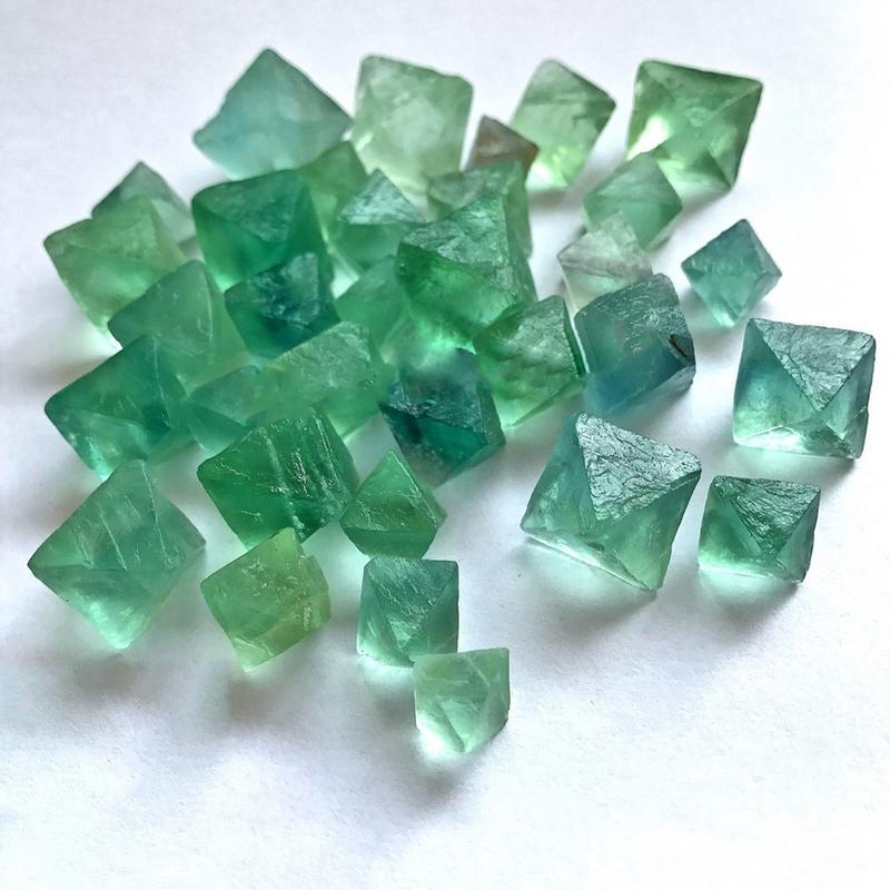 Cristal Natural de 50-100g, colgante de mineral de piedra cruda de fluorita octaedro, colgante de piedras preciosas en bruto para decoración del hogar D3