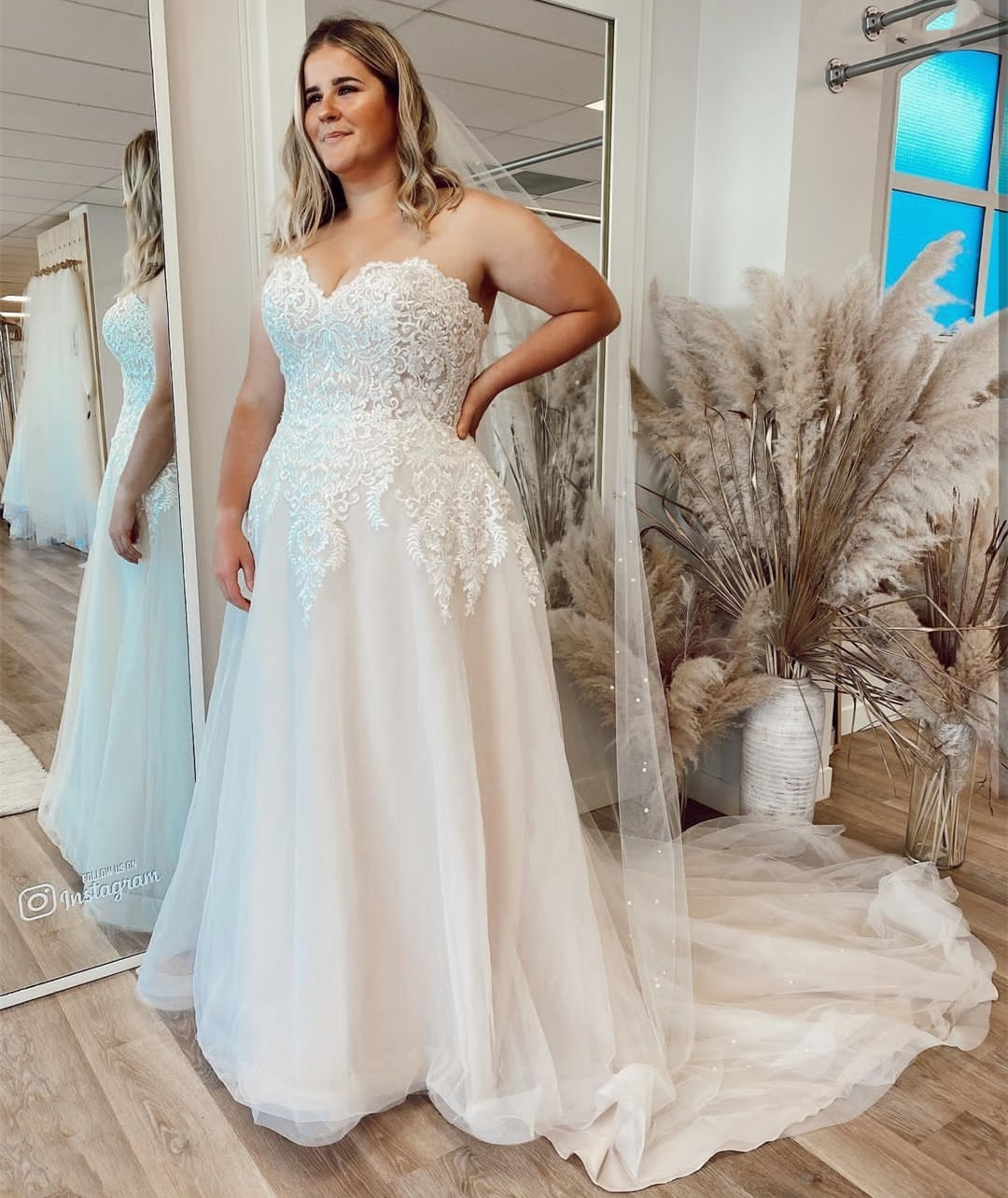 Get Plus Size Wedding Dress Floor Length Sleeveless Bridal Gowns Lace Appliques Sweep Train Crystal Beading Big For Lady Vintage