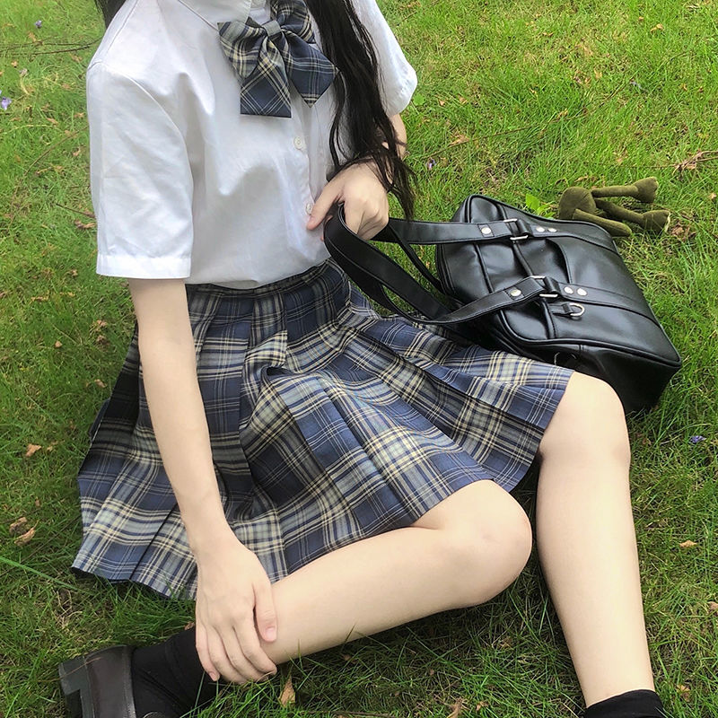 Костюм из футболки и юбки с высокой талией и плиссированной юбки