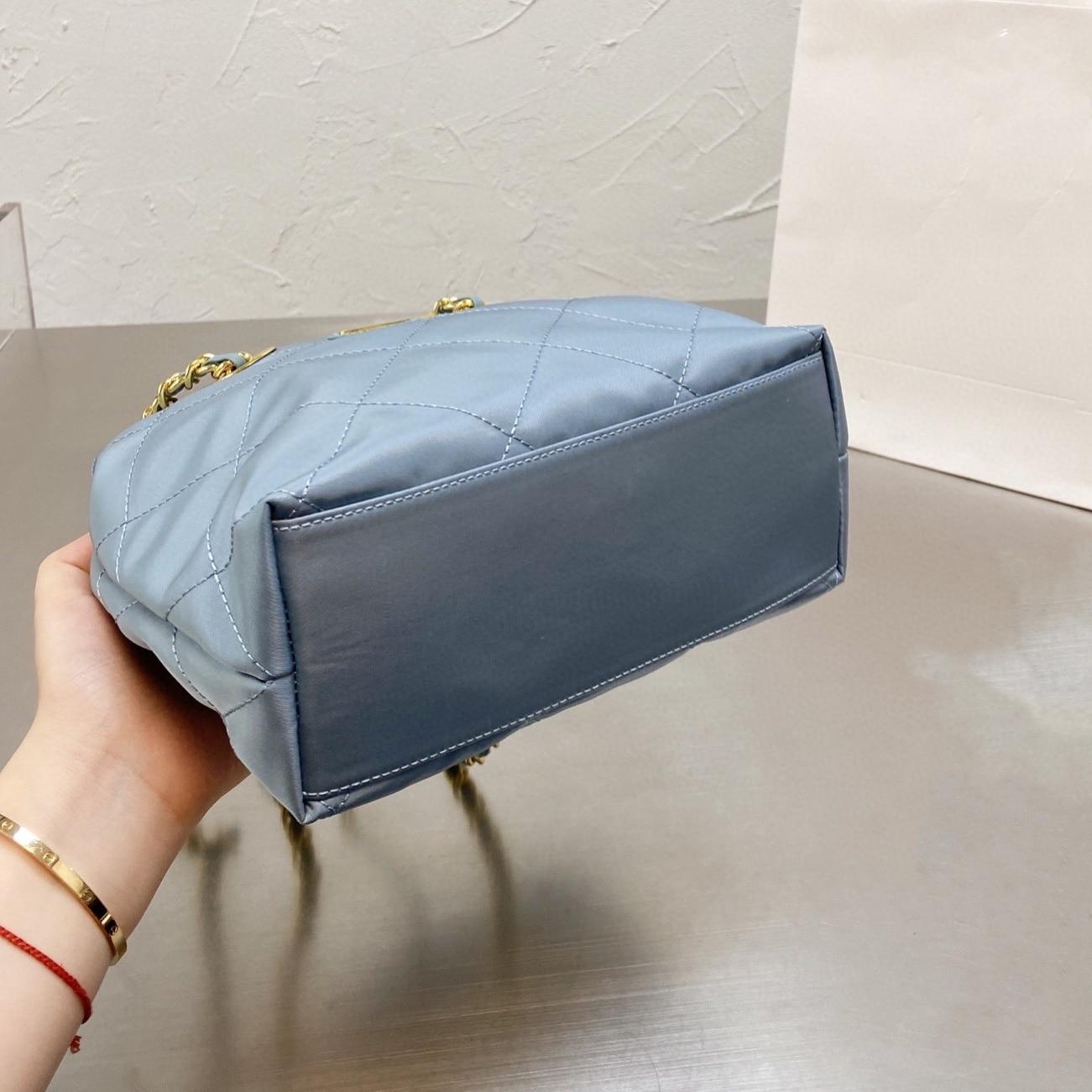 Queenie 2021 جديد مادة النايلون معدن مقلوب مثلث الديكور مريحة وتنوعا واحد في الكتف حقيبة ساعي الإناث