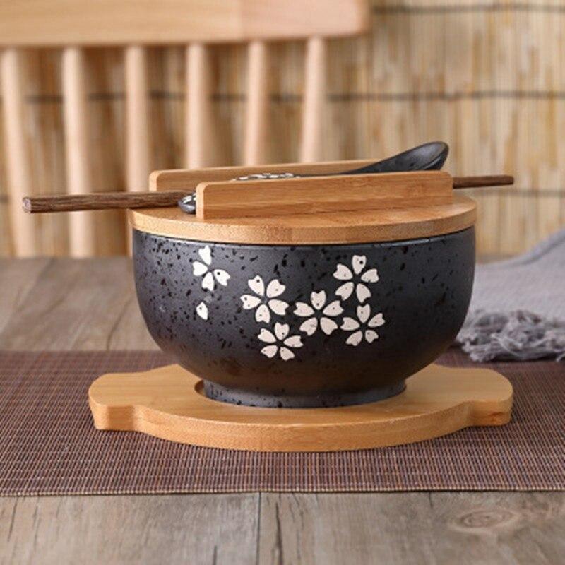 وعاء تقديم المعكرونة الفورية على الطريقة اليابانية ، أدوات المائدة ، أدوات المائدة ، غرفة الطعام ، سلطة السيراميك ، ملعقة خشبية ، عيدان الطع...