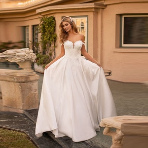 Latest Graceful A Line Lace Back Out Wedding Gowns for Bride Sweetheart Appliqued Bridal Wedding Dresses Off Shoulder Sleeves