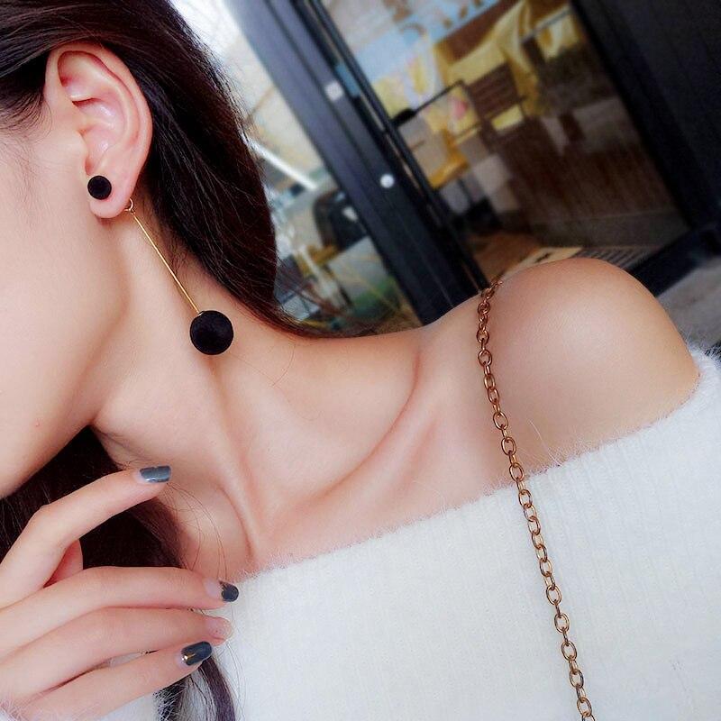 1 par de pendientes colgantes de Bola de Pelo Artificial a la moda para mujer, bonitos pendientes de pompón negro, accesorios para Bonitos regalos de niña