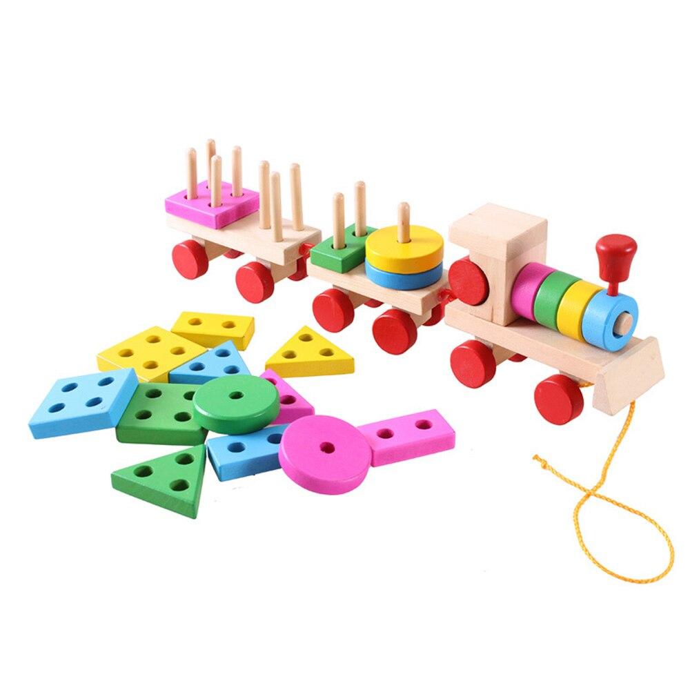 De madeira das crianças brinquedos educativos para a primeira infância, arrastando três blocos, formas geométricas, combinando pequenos trens