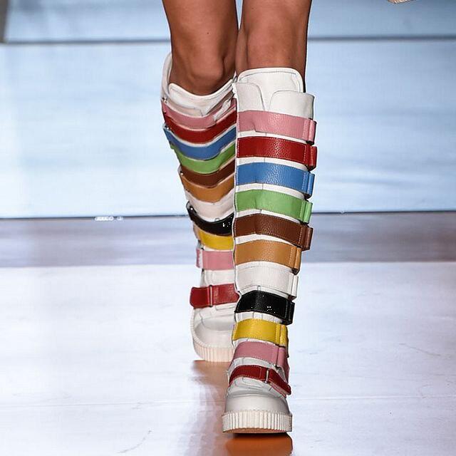 Botas a la moda para mujer de la estrella de la pasarela, botas altas hasta la rodilla de Color arcoíris para mujer, botines largos con hebilla y cinturón embellecido