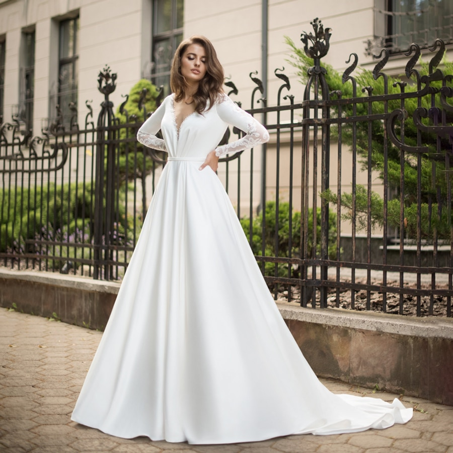 Vestido de novia de manga larga de satén con cuello en V...