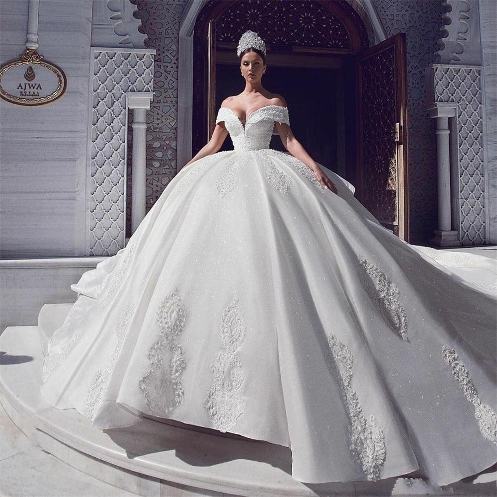 فستان زفاف عتيق مع ذيل الكاتدرائية ، ثوب الكرة ، الدانتيل ، الكشكشة المتتالية ، أكتاف عارية ، الزفاف