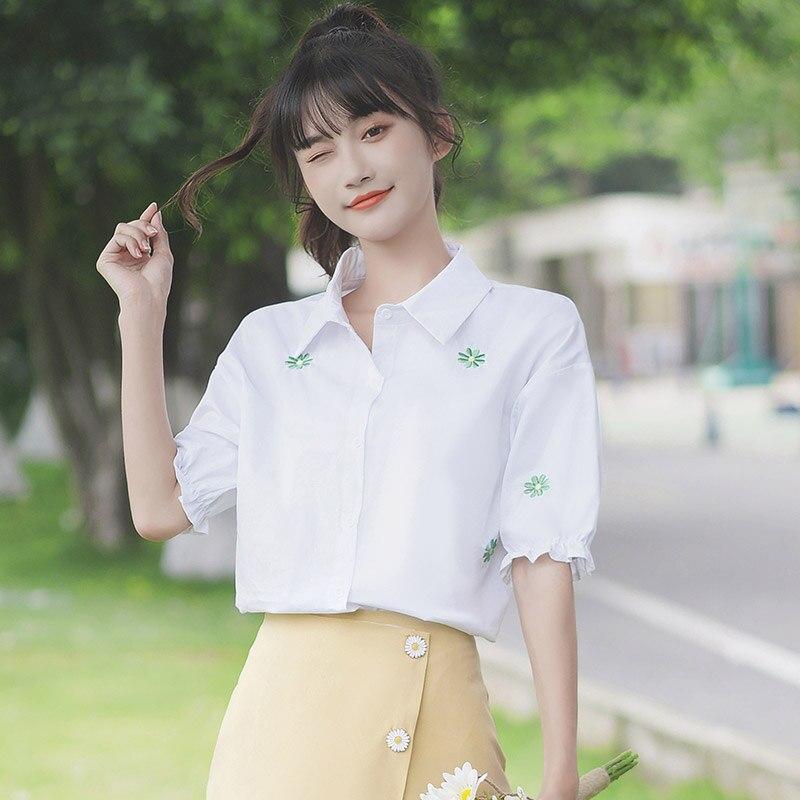 شيك كاكي 2020 جديد النمط الياباني بسيط التطريز زهرة قميص المرأة قصيرة الأكمام طالب نفخة كم الأبيض قميص الصيف