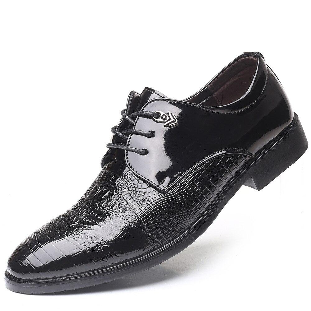 2019 Zapatos de vestir negros de moda para hombres zapatos de negocios clásicos zapatos de boda zapatos de cuero puntiagudos elegantes zapatos Oxford de oficina