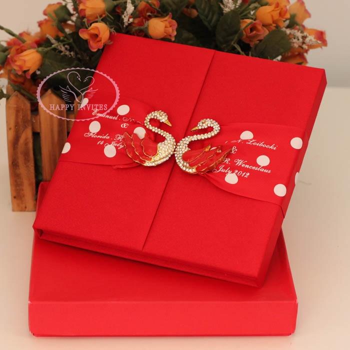 Envío Gratis para algunos países. HI2002-caja de invitación de boda de seda personalizada con broche de cisne