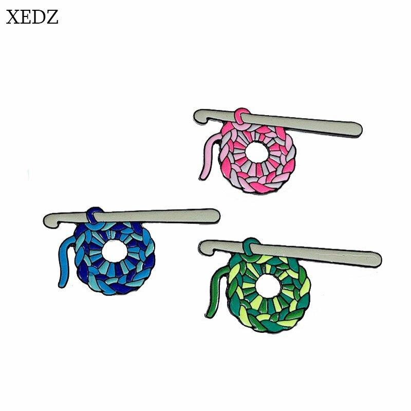 XEDZ, nuevo broche de aguja para Jersey con bola de lana azul, rosa y verde, Jersey divertido de moda con personalidad, insignia en tejido, regalo con colgante para ropa vaquera