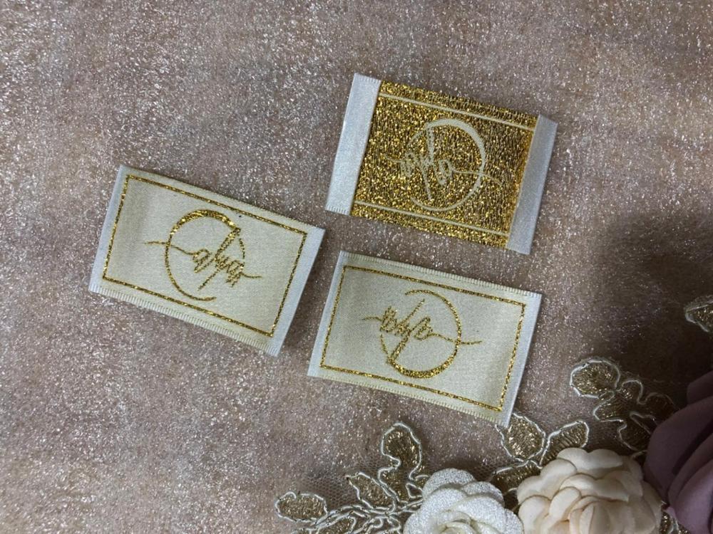 Etiqueta tejida personalizada de hilo dorado metálico, etiquetas para ropa, etiqueta principal de satén de Damasco, etiqueta para ropa con extremo plegable central
