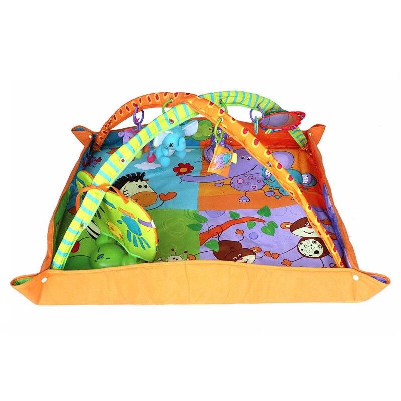 Bebê que desenvolve o tapete musical do jogo do assoalho da esteira do gym para crianças
