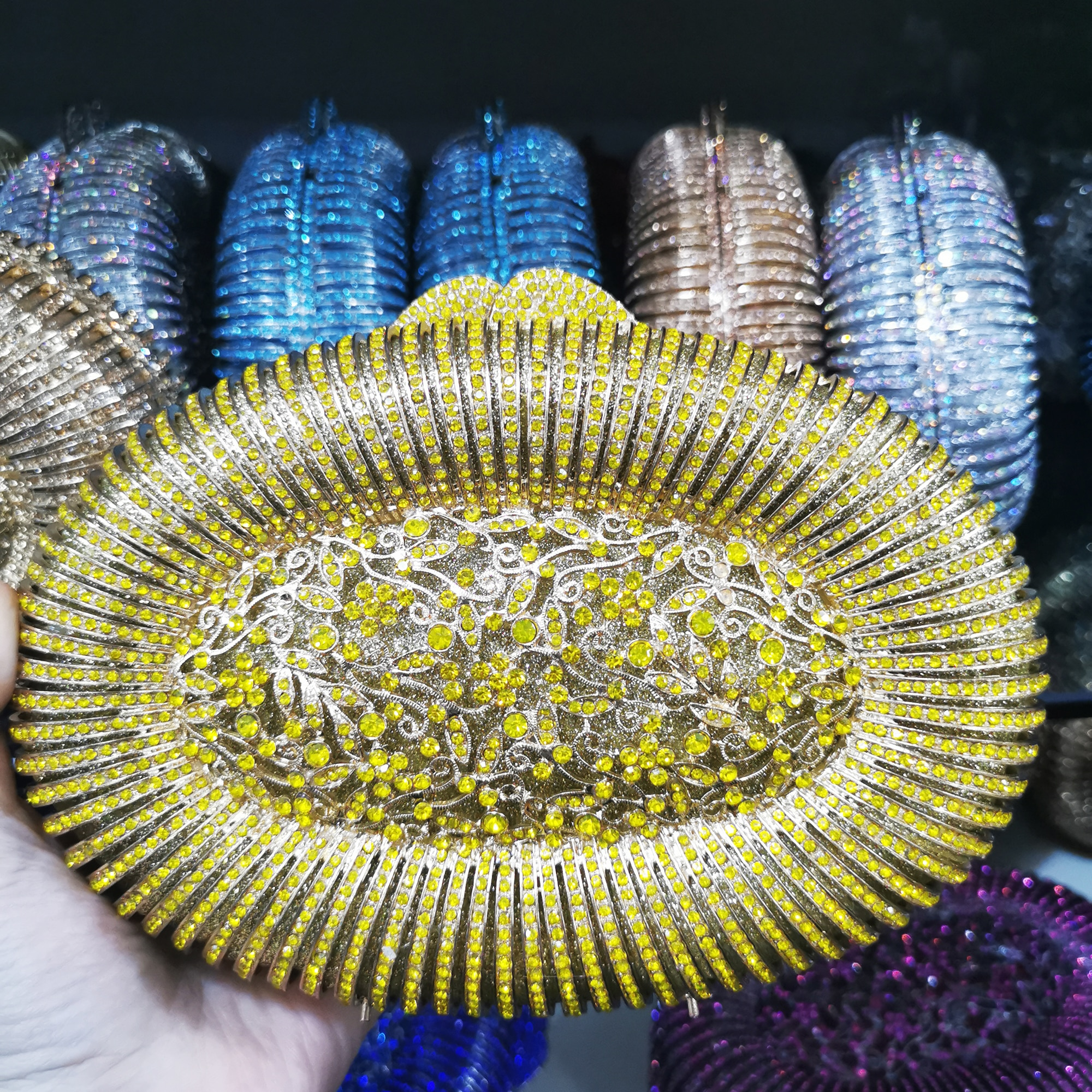 حقيبة نسائية باللون الأصفر والأزرق مرصعة بالكريستال والماس وهي حقائب معدنية للسهرة وحقائب يد للزفاف ومحفظات للزفاف