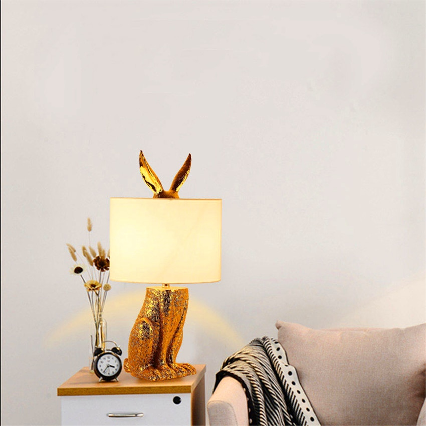 Lámpara de mesa de resina de conejo enmascarado Loft nórdico moderna lámpara de escritorio Led dormitorio cabecera estudio restaurante Lámpara de mesa decorativa