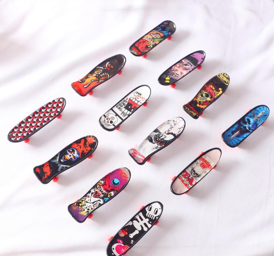 مصغرة الديكور شخصية صغيرة الكتابة على الجدران أربع عجلات لوح التزلج للحصول على ملحقات لعبة دمية