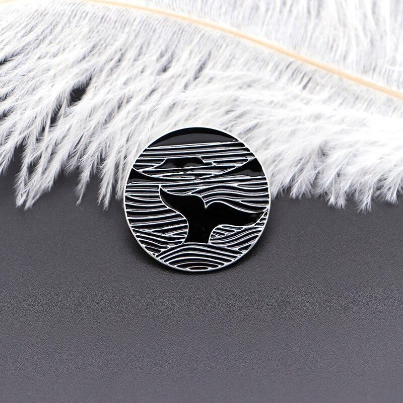 Original preto branco broches oceano baleia onda esmalte pino para crianças lapela pino chapéu saco pinos denim jaqueta feminina broche distintivo sc4725