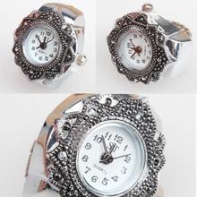 Reloj analógico de cuarzo con esfera a la moda precioso y creativo reloj de anillo de dedo con flor de pétalo de plata tibetana