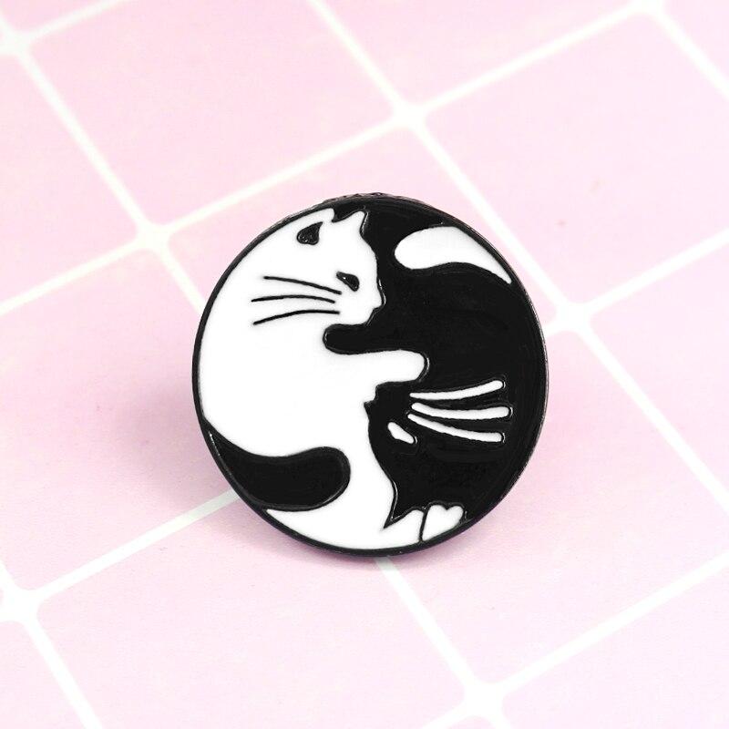 Gato Negro ronda gato blanco costura esmalte broche de Metal de dibujos animados lindo pin con distintivo moda Retro vestido de los niños mochila regalo de la joyería