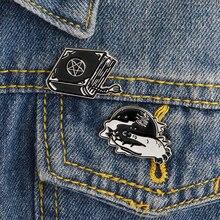 2 pz/set Nero Streghe di periodo libro Stregoneria Spilla giacca di Jeans Camicia Collo Con Revers Pin Fibbia Dello Smalto Spilla e Pin Distintivo bambini