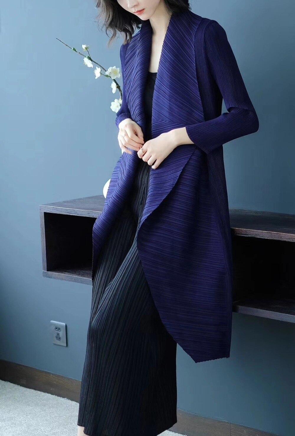 معطف واق من المطر طويل الأكمام ذو ياقة مفتوحة ومتوفرة على شكل عظمة السمكة من Miyake بسعر خاص