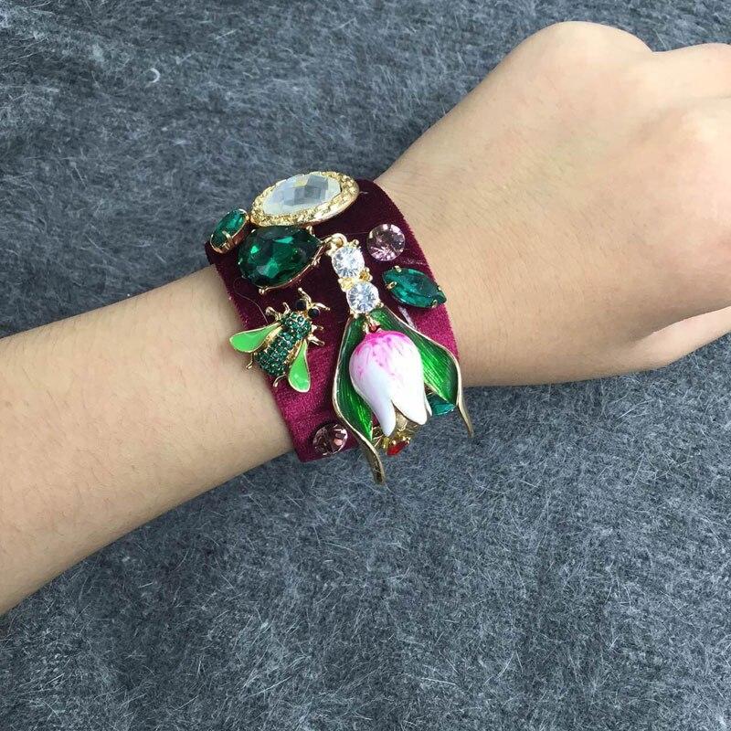 2017 brazaletes Retro barroco de terciopelo rojo vino de abeja Flor de GEMA de cristal encantos brazalete con aro abierto para las mujeres amor regalo pulsera