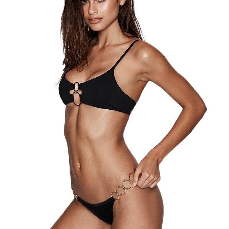 Verano Sexy mujer anillo Correa baja cintura Split Bikini personalidad Correa acolchado Wirefree traje de baño negro Bikini conjunto