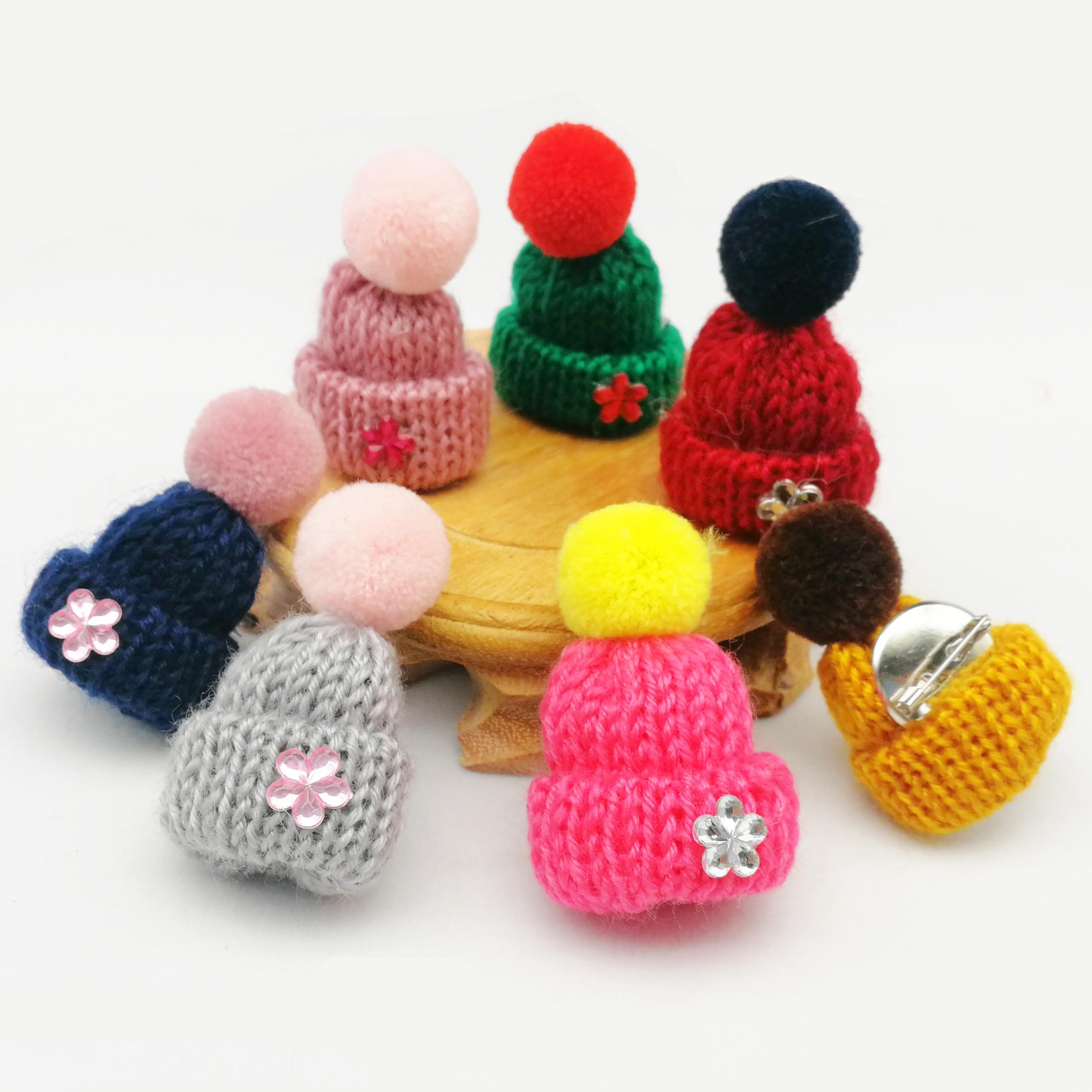 Bonito Mini Malha Hairball Chapéu Camisola Broche Pinos Crachá Colarinho Roupas Acessórios Criativo Cristal Pin Broches para As Mulheres