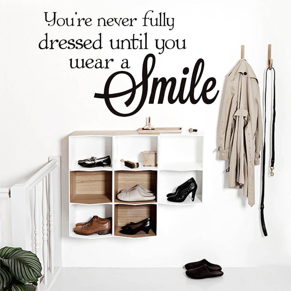 Вы никогда не будете полностью одеты, пока не наденете улыбку, мотивирующие цитаты, наклейки на стену, смайлик, наклейка на стену 759Q