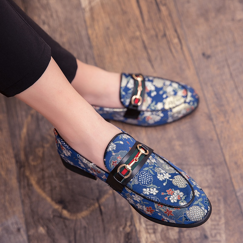 2019 nueva marca zapatos formales zapatos de cuero de los hombres zapatos de la flor bordado deslizamiento en perezoso zapato de conducción Oficina mocasines para Hombre Zapatos de lona zapatos