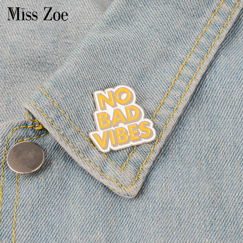 KEINE SCHLECHTE VIBES Emaille Pin Zitieren abzeichen brosche Revers pin Denim Jeans hemd tasche Kühlen Schmuck Weihnachten Geschenk für Freunde frauen männer