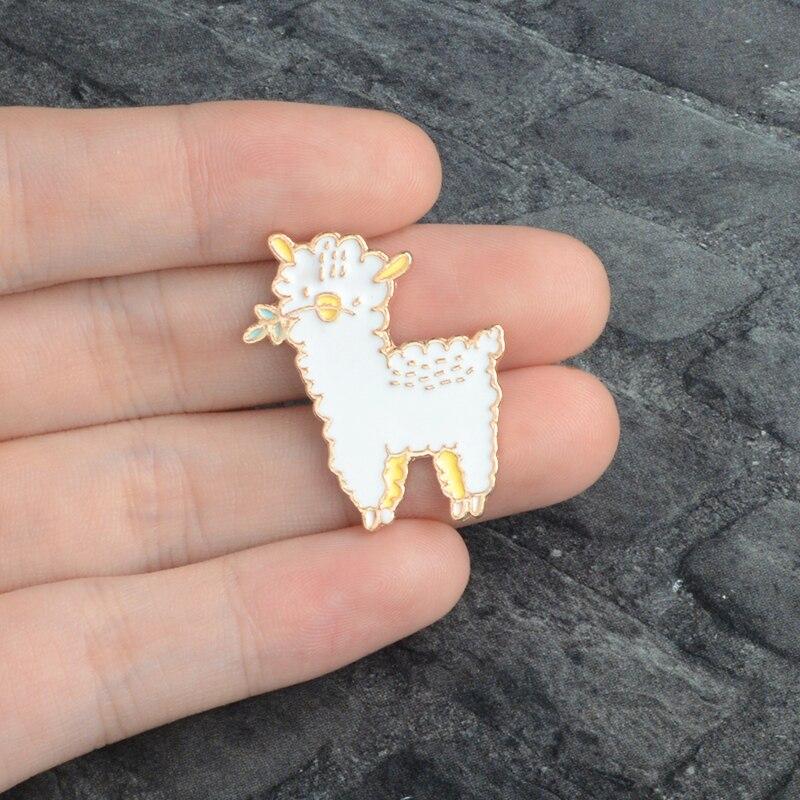 Precioso broche de esmalte de alpaca, ropa de mezclilla con pasador de oveja pequeña, botón de broche para solapa, insignia de Animal de dibujos animados, joyería de regalo para niñas