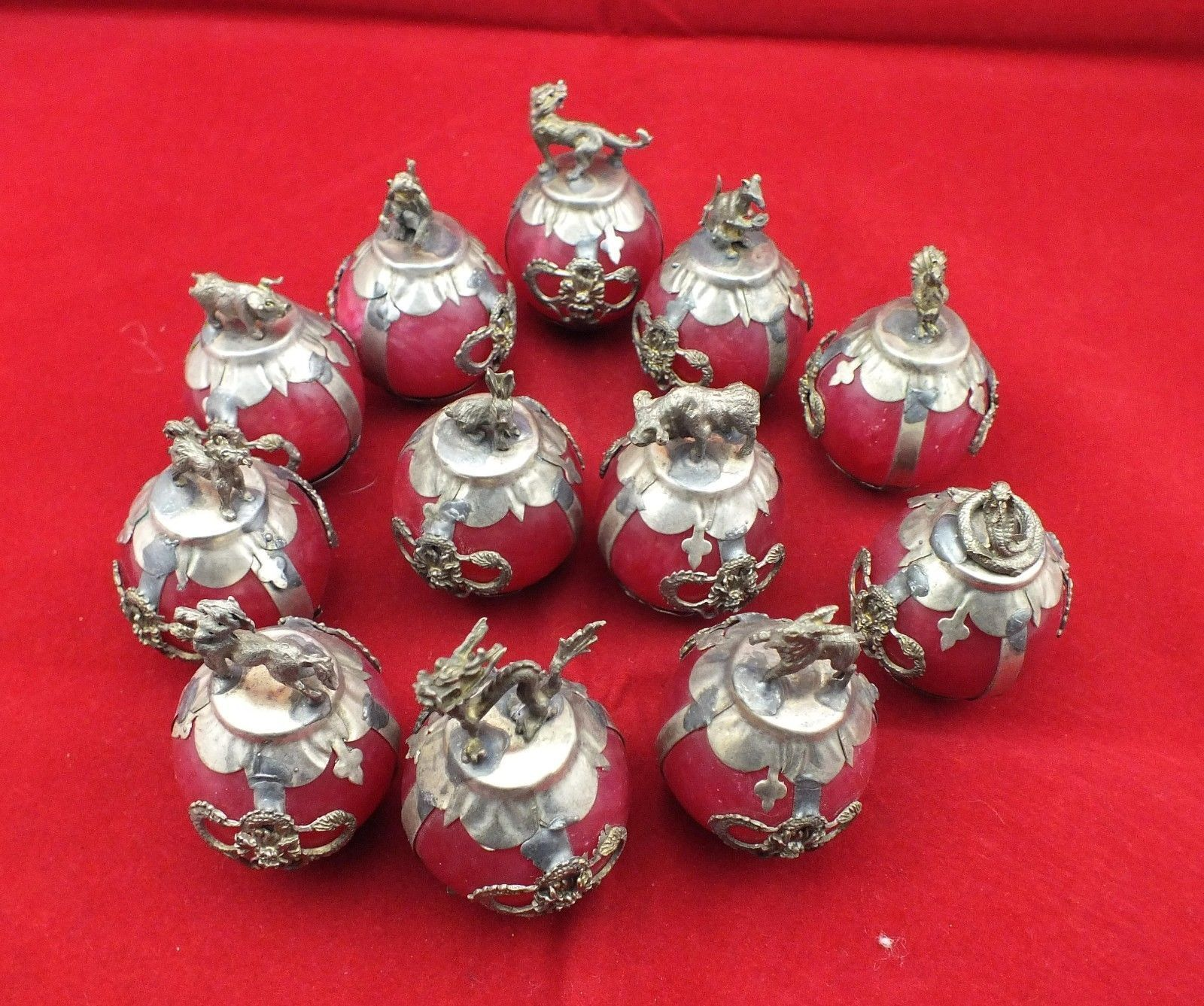 Старинное украшение ручной работы инкрустация Тибет-серебряный дракон 12 Зодиак красный шар из нефрита статуя