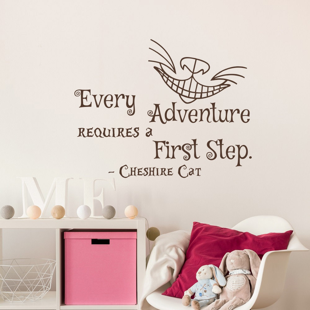 Pegatina con frase que cada aventura requiere un primer paso, vinilo de gato mágico, pegatina extraíble de pared de salón de Alicia en el país de las Maravillas SYY157