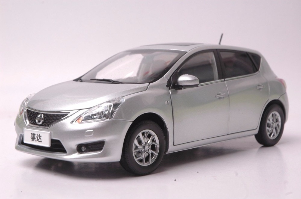 1:18 Diecast Model for Nissan Tiida Versa Latio 2012 Silver Hatchback Alloy Toy Car Miniature Collection Gift Pulsar