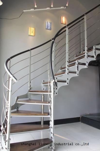 Недорогой изогнутый дугой лестницы с металлическими перилками и толстыми деревянными ступенями