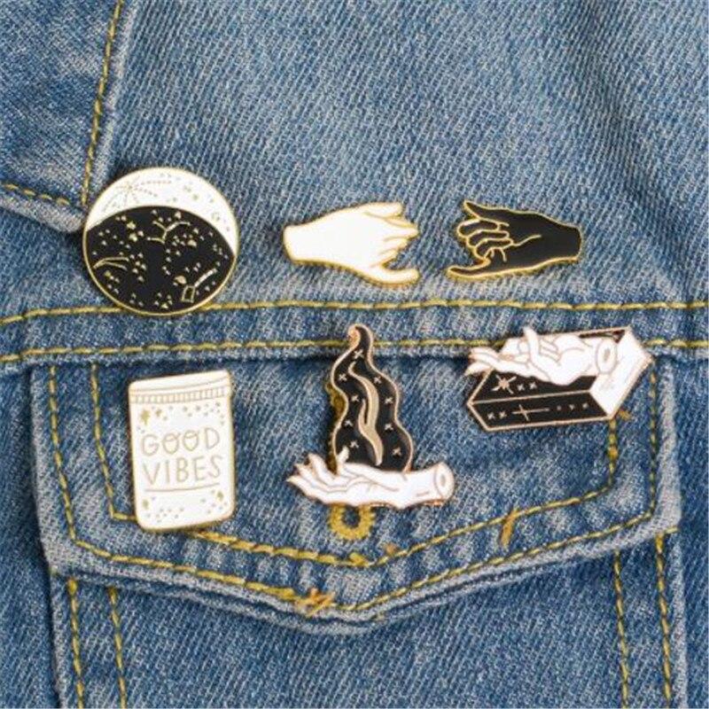 WKOUD oro negro blanco esmalte Pin gesto bruja libro Wizard Badge GOOD VIBES broche de solapa Denim Jeans camisa bolsa Punk joyería