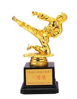 Poco hombre dorado trofeo de artes marciales taekwondo Premio productos creativo Premio trofeo Copa logotipo personalizado venta al por mayor Copa del Mundo