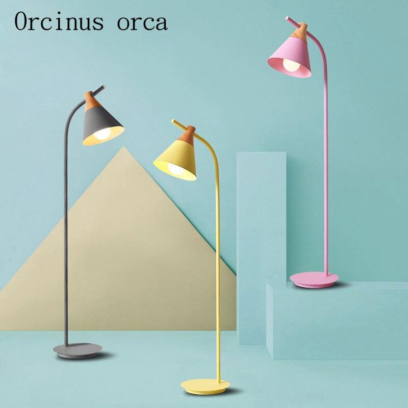 Lámpara de pie de color moderno minimalista nórdico lámpara de noche de dormitorio de sala de estar lámpara de pie LED de color creativo moderno