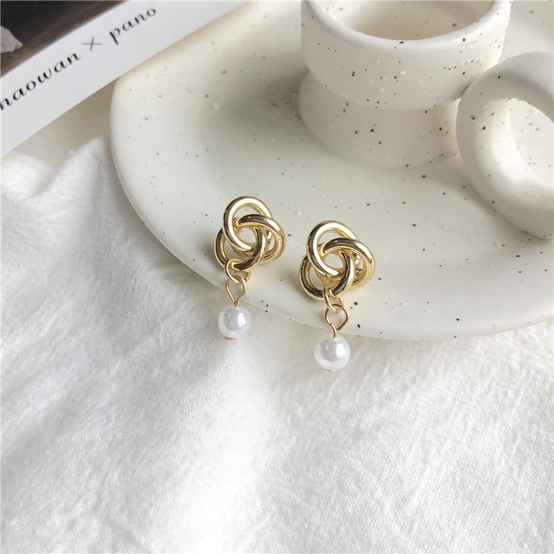 Aguja Corea del Sur East Gate Minimal Metal Tie costura perla oreja uña chica Red ins pendientes 726