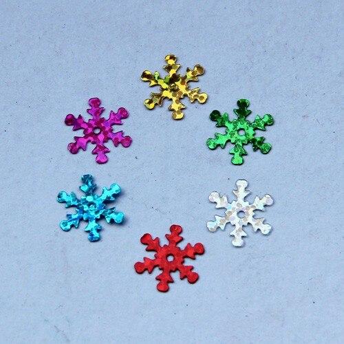 1100 unids/lote 15mm copo de nieve lentejuelas de PVC con 1 agujero central regalo de Navidad ropa DIY adornos de Navidad colores láser